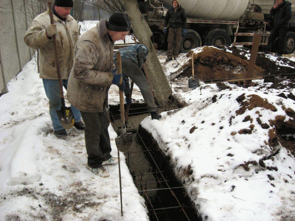 Фотография бетонирования ленточно-столбчатого фундамента в зимнее время года