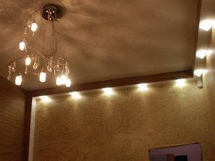 Освещение жилой комнаты фото