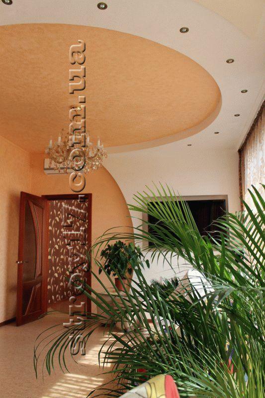 Оформление потолка гостиной фото 1