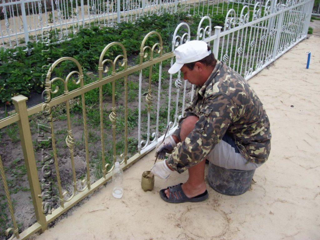 Покраска кованной ограды фото