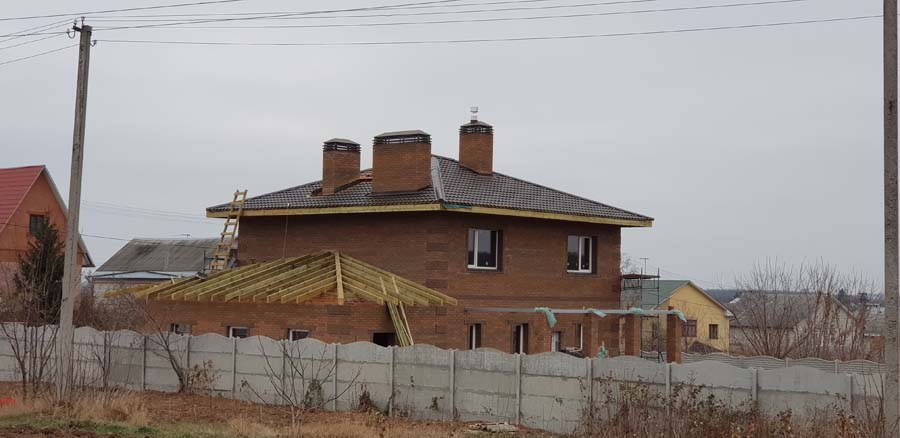 Дом с кровлей из металлочерепицы фото 3