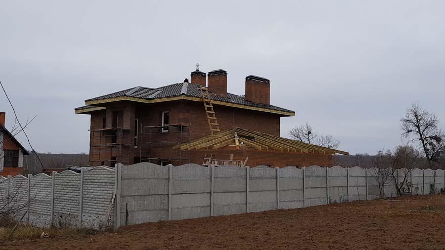 Дом с кровлей из металлочерепицы фото 4