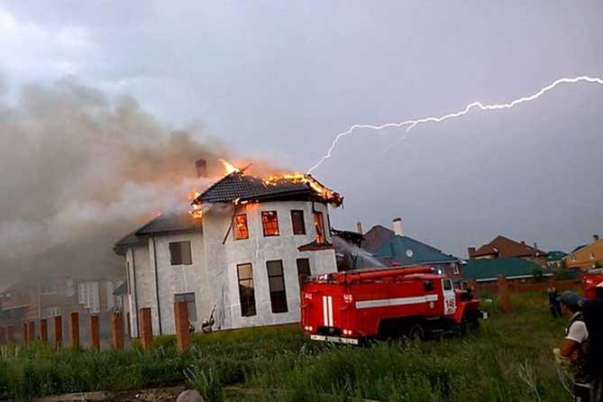 Последствия попадания молнии в дом фото